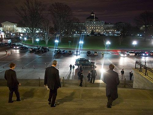 Các nghị sĩ rời khỏi tòa nhà quốc hội Mỹ sau khi thông qua dự luật ngân sách Ảnh: Reuters