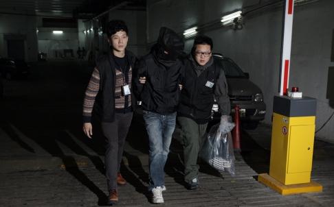 Cảnh sát Hồng Kông bắt giữ người đàn ông ở TP Cửu Long. Ảnh: SCMP