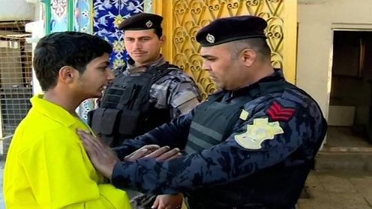 Usaid Barho đầu hàng lực lượng an ninh Baghdad hôm 26-12. Ảnh: Iraqiya TV