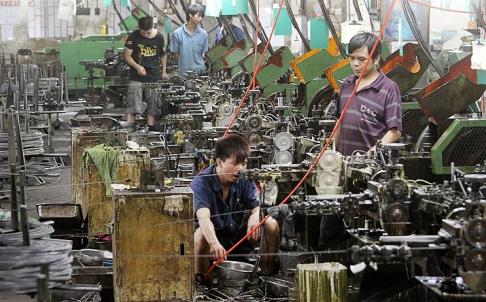 Công nhân làm việc trong một nhà máy ở Đông Hoản - Trung Quốc. Ảnh: SCMP