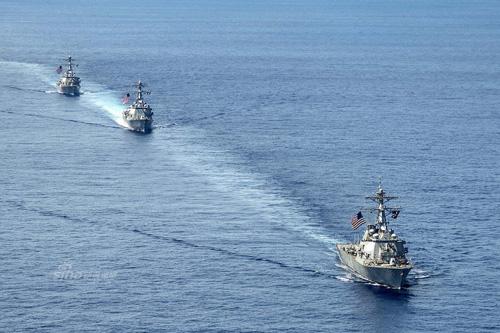 3 tàu khu trục thuộc lớp Arleigh Burke được trang bị hệ thống phòng thủ tên lửa Aegis cùng tuần tra tại khu vực Hạm đội 7 trên Biển Đông hôm 7-7. Ảnh: Sina