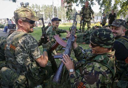 Các tay súng lực lượng ly khai thân Nga ở Donetsk. Ảnh: REUTERS/Maxim Shemetov
