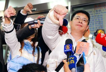 Người thân của hạ sĩ Hung Chung-chiu phản đối phán quyết của tòa án. Ảnh: Taipei Times