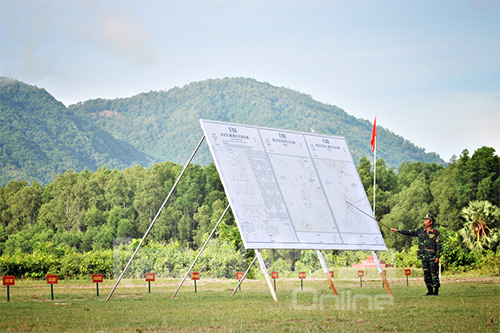 Trợ lý tác chiến Sư đoàn 330 (Quân khu 9) giới thiệu kế hoạch thực hành diễn tập.