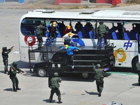 Cảnh sát đặc nhiệm Trung Quốc diễn tập chống khủng bố ở thủ đô Bắc Kinh hôm 29-5. Ảnh: Tân Hoa Xã
