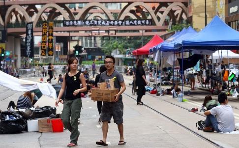 Người biểu tình hạ trại qua đêm 1-10. Ảnh: SCMP