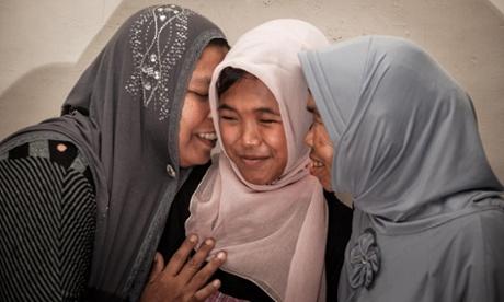 Cô bé Jannah (giữa) đoàn tụ trước với người thân, sau đó là anh trai hơn 3 tuổi của mình. Ảnh: AAP