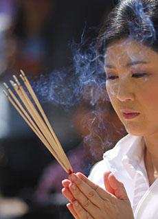 Bà Yingluck lễ chùa tại Chiang Mai ngày 28-2. Ảnh: Bangkok Post