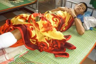 Nạn nhân Nguyễn Thanh Trường lúc đang cấp cứu tại bệnh viện. Ảnh: Kim Anh