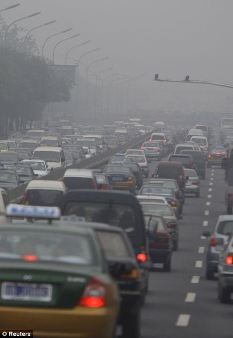 4 đường cao tốc đã bị đóng do tầm nhìn hạn chế. Ảnh: Reuters
