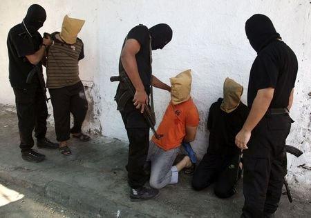 Hamas hành quyết 18 người Palestine ở dải Gaza hôm 22-8. Ảnh: Reuters