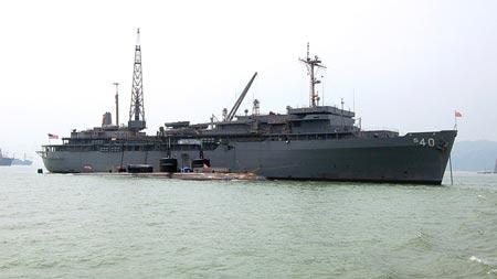Tàu tiếp liệu USS Frank Cable. Ảnh: US Navy