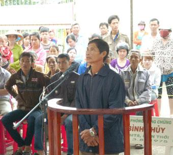 Bị cáo Hoàng trong phiên xét xử lưu động tại phường Thới An Đông vì tội cố ý gây thương tích.
