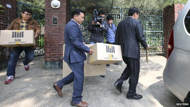 Officials from the Incheon District Prosecutors office remove evidence from the house of an executive at the Chonghaejin Marine Company - 23 April 2014