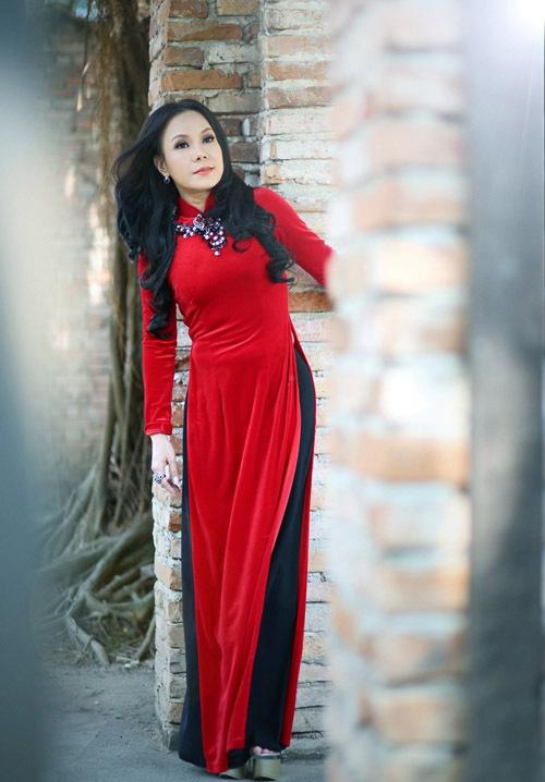 Việt Hương khoe dáng trong tà áo dài
