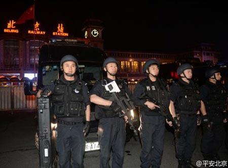 Cảnh sát bảo vệ khu vực nhà ga thủ đô Bắc Kinh. Ảnh: CNS