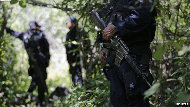 4 hố chôn tập thể trên được phát hiện ở khu vực rất gần với 6 hố chôn chứa 28 thi thể được phát hiện hồi tuần trước. Ảnh: Reuters