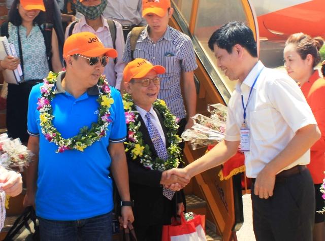 Ông Lê Anh Tuấn, Phó chủ tịch UBND tỉnh Thanh Hóa tặng hoa chúc mừng những vị khách đầu tiên đi trên chuyến bay giá rẻ của hãng hàng không Jetstar Pacific đặt chân tới Thanh Hóa