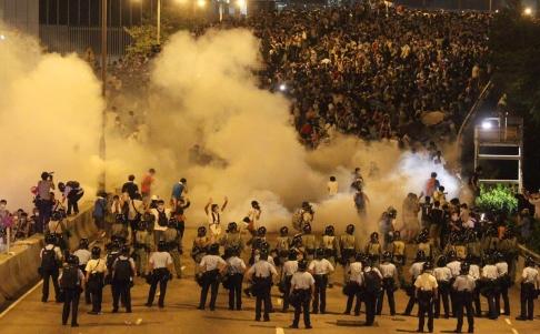 Cảnh sát dùng hơi cay giải tán người biểu tình. Ảnh: SCMP