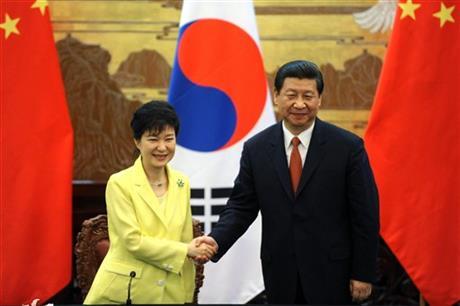 Tổng thống Hàn Quốc Park Geun Hye (trái) và Chủ tịch Trung Quốc Tập Cận Bình đã cùng thảo luận về vấn đề Triều Tiên, trong chuyến thăm tới Seoul 2 ngày của ông Tập. Ảnh: AP