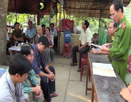 Công an TP Vĩnh Long họp dân công bố quyết định phạt hành chính các đối tượng Dũng, Tâm, Thịnh.