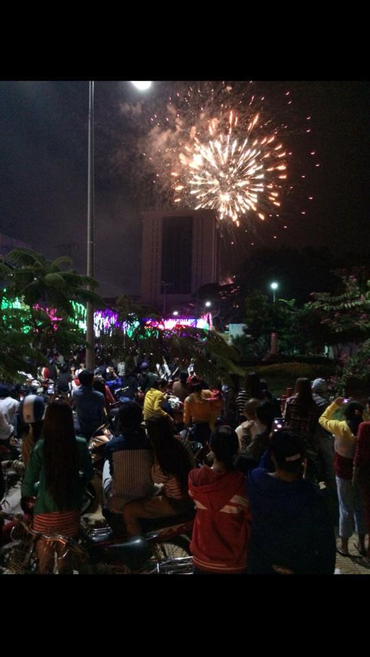 Đông đảo người dân Bạc Liêu thích thú theo dõi pháo hoa được bắn lên từ Bưu điện tỉnh