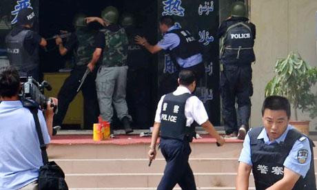 Cảnh sát Tân Cương trấn áp nghi phạm tấn công khủng bố hôm 27-1-2014. Ảnh; AP