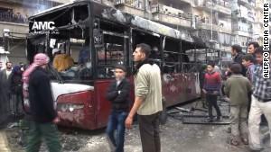 Hiện trường vụ xe buýt bị trúng tên lửa. Ảnh: Aleppo Media Center
