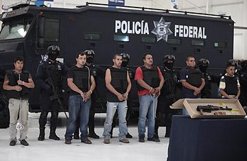 Thành viên băng đảng ma túy Knights Templar bị cảnh sát Mexico bắt giữ. Ảnh: AP