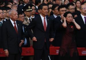 Đặc khu trưởng Hồng Kông Lương Chấn Anh (giữa) cùng vợ và cựu đặc khu trưởng Hồng Kông Đổng Kiến Hoa dự lễ kỷ niệm quốc khánh Trung Quốc ngày 1-10. Ảnh: Reuters