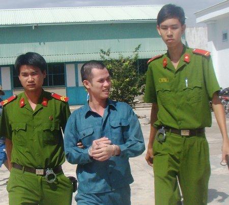 Bị cáo Phan Tuấn Anh vẫn cười cợt khi lực lượng dẫn giải trở về trại giam.