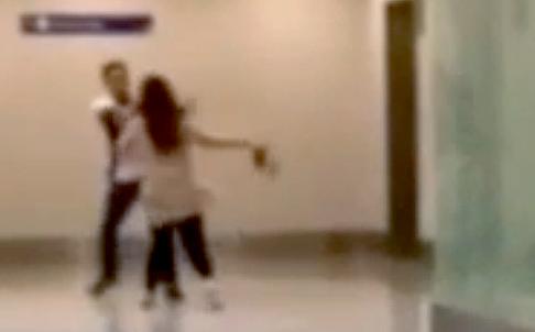 Hình ảnh cắt ra từ đoạn video cho thấy cuộc ẩu đả giữa du khách tên Giang và nhân viên xuất nhập Philippines. Ảnh: Weibo