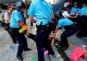 Một người biểu tình bị cảnh sát Hồng Kông kéo lê trên mặt đất sáng 27-9.  Ảnh: AP