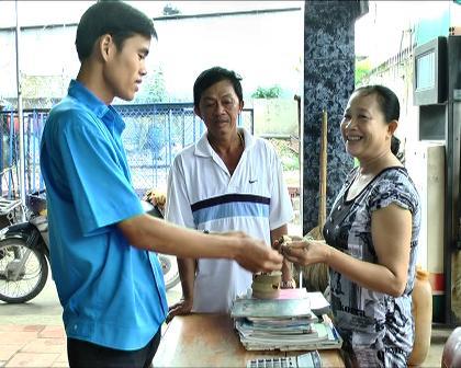 Anh Phạm Hoàng Duy đang trao trả lại tài sản cho chị Nguyễn Thị Hằng