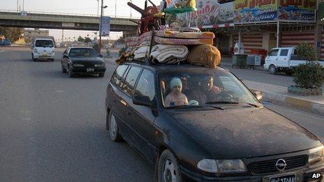 Nhiều gai đình bỏ chạy khỏi thành phố Fallujah trước các cuộc không kích dữ dội từ chính phủ Iraq. Ảnh: AP