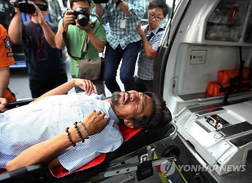 Ông Kim Young-oh được đưa tới bệnh viện hôm 22-8. Ảnh: Yonhap