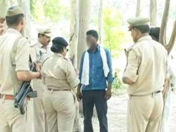 1 trong 5 nghi phạm vụ thi thể người phụ nữ treo trên cây hôm 10-6 bị cảnh sát bắt giữ. Ảnh: NDTV