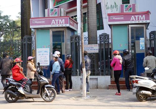 Nhu cầu rút tiền qua cây ATM trong những ngày nghỉ tết là rất lớn (Ảnh: Ngọc Bằng).