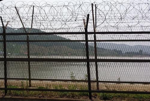 Hàn Quốc vừa bắt một công dân Mỹ bơi qua sông vào Triều Tiên. Ảnh: Yonhap