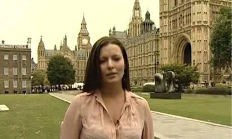 Nữ phóng viên Sara Firth của kênh truyền hình RT (Nga). Ảnh: The Guardian