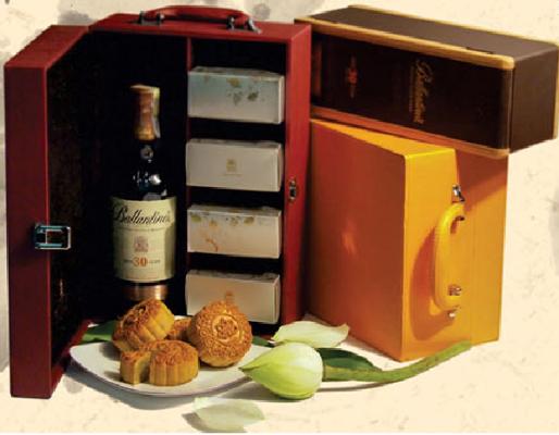 Loại hộp bánh có tên Vương Kim Tri Ngộ của khách sạn Hà Nội có giá rẻ nhất gần 2,6 triệu đồng và đắt nhất gần 12 triệu đồng/hộp, tùy tuổi rượu đi kèm.