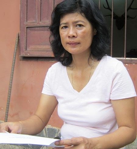 Bà Nguyễn Thị Kim Thoa phản ánh thái độ làm việc của cán bộ Cục Thi hành án dân sự tỉnh Bình Phước. Ảnh: NĐ