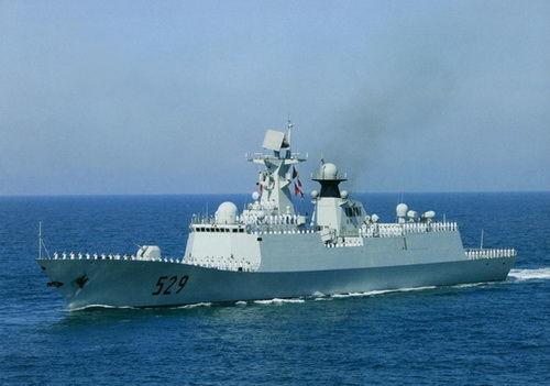 Một tàu Hải quân Trung Quốc vừa cứu hộ 5 ngư dân trên tàu cá bị chìm hôm 27-6. Ảnh: People Daily