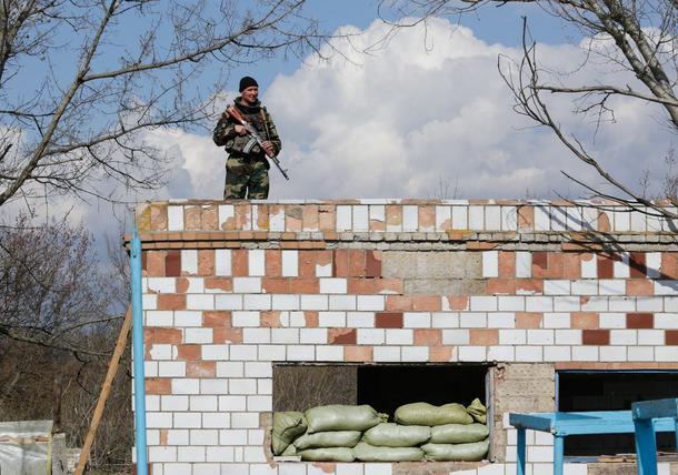Binh sỹ Ukraine canh gác gần biên giới với Nga hôm 15-4. Ảnh:Kostyantyn Chernichkin