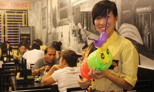 Để hút khách, quán bún đậu của Giang thường phát bóng bay tạo hình cho trẻ em vào tối chủ Nhật.