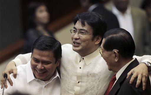 Thượng nghị sĩ Jinggoy Estrada (trái) đầu thú hôm 23-6. Ảnh: AP