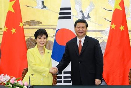 Chủ tịch Trung Quốc Tập Cận Bình (phải) gặp Tổng thống Hàn Quốc Park Geun-hye ở Bắc Kinh năm 2013. Ảnh: CNS