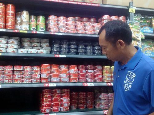 Các sản phẩm trên kệ hàng này tại TP Bình Đông đã được loại bỏ vì dùng dầu bẩn chế biến. Ảnh: Focus Taiwan