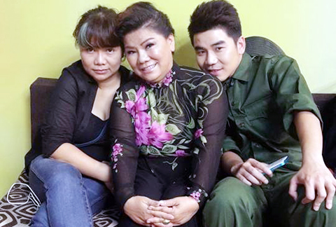 NSND Thanh Hoa cùng con gái Phan Huyền Thư và con trai Tôn Sơn.