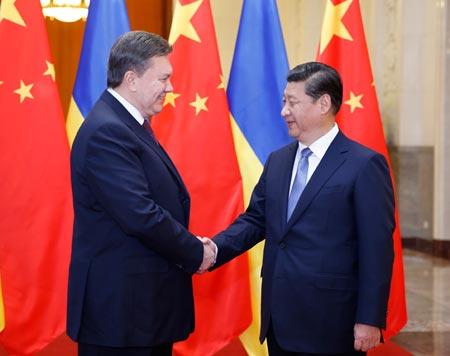 Chủ tịch Trung Quốc Tập Cận Bình đón ông Yanukovich tại Đại lễ đường Nhân dân ở Bắc Kinh, ngày 5-12-2013. Ảnh: Tân Hoa Xã